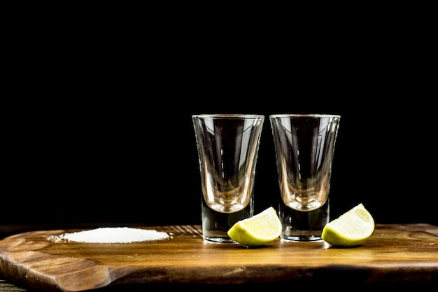 Два стакана текилы с лаймом и солью