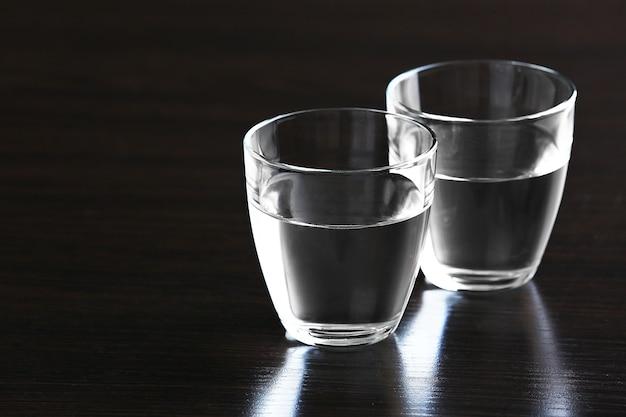 Два стакана воды на деревянном пространстве