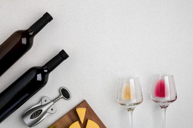 화이트와 레드 와인 두 잔과 치즈 상위 뷰