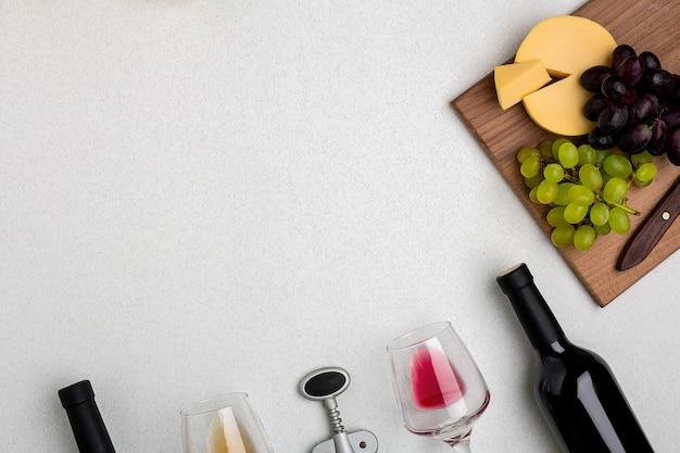화이트 및 레드 와인 치즈와 포도 상위 뷰 두 잔