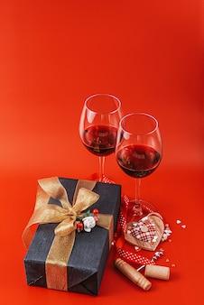 Два бокала вина и подарок в роскошной коробке