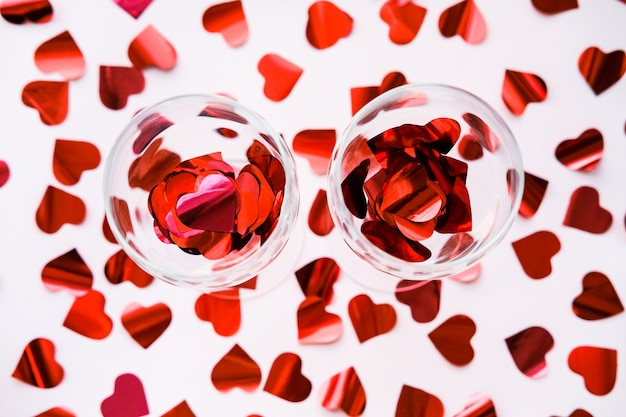 와인 두 잔은 마음으로 가득합니다. 발렌타인 개념