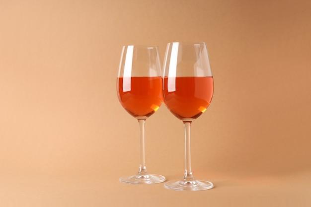 ベージュの背景にワイン2杯