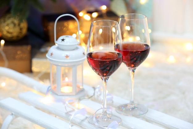クリスマスの装飾の背景にワイン2杯