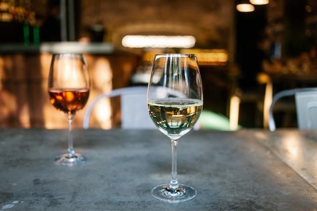 白とバラのワイン2杯