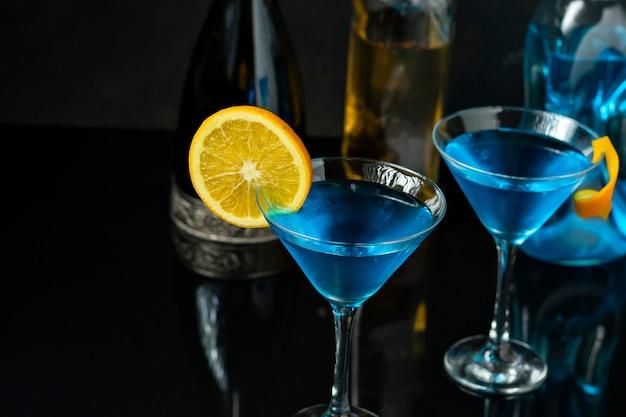 オレンジで装飾されたディンクブルーの2つのガラス