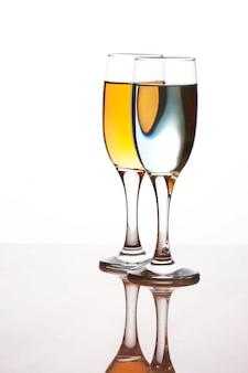 白い表面に分離されたドリンクを2杯