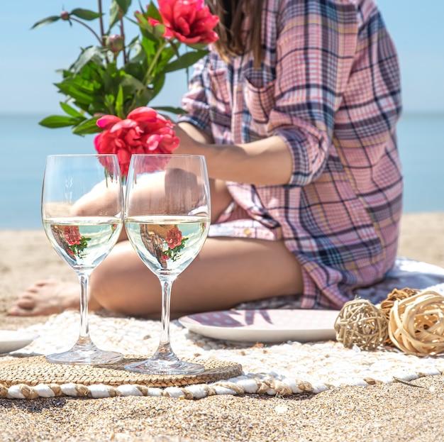 해변에서 음료와 함께 두 잔입니다. 해변에서 피크닉의 개념.