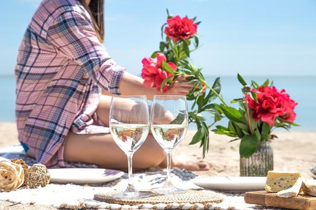 바다의 공간에 음료와 함께 두 잔. 해변에서 피크닉의 개념.