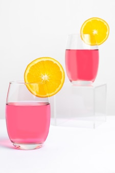Два бокала с розовой леди коктейль фотогарафадо на белом фоне