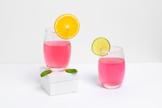 Два бокала с розовой дамой коктейль фотогарафадо на белом фоне