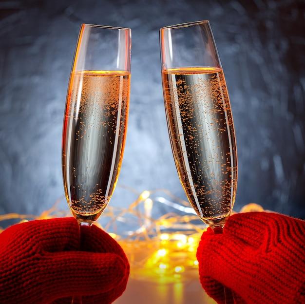 손에 스파클링 샴페인 와인 두 잔, 휴가에 대 한 개념, 결혼식 발렌타인 크리스마스와 새 해, 야외.
