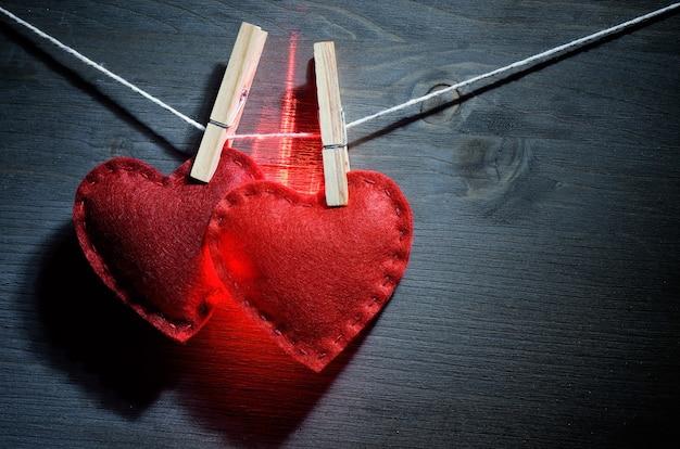 Два светящихся красных сердца для карты дня святого валентина
