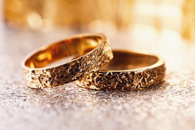 テーブルの上の 2 つの金の結婚指輪