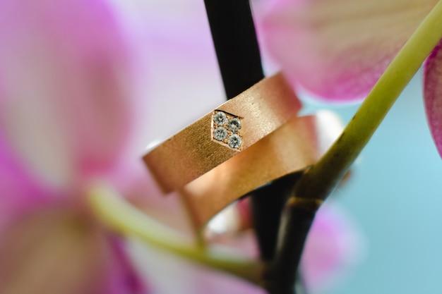 婚約のためのダイヤモンドを備えた2つの金の結婚指輪