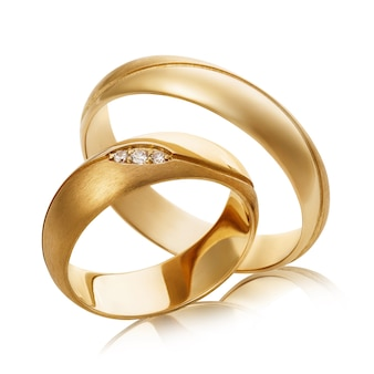 白で隔離のダイヤモンドと2つの金の結婚指輪