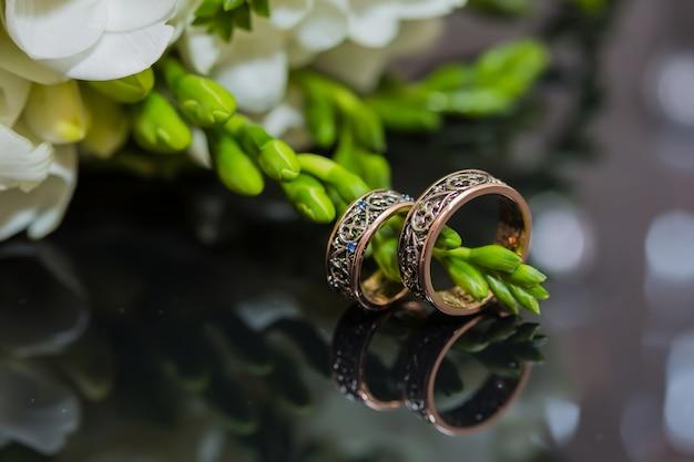 2つの金の結婚指輪