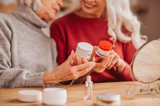 피부 관리에 대해 이야기하는 두 명의 잘 생긴 노인 여성