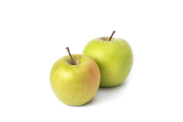 흰색 배경에 두 개의 녹색 사과입니다. 격리 된 배경에 익은 녹색 사과.