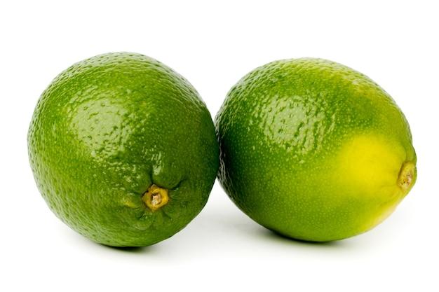 分離された白の2つの緑ライム。