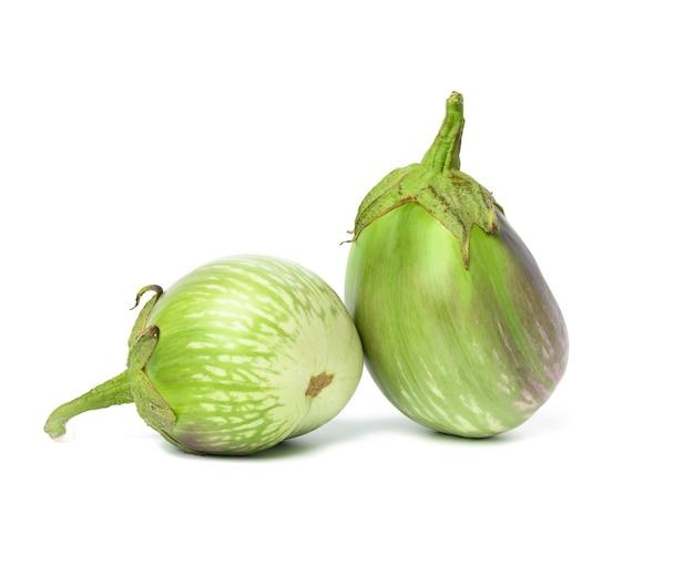 흰색 배경에 분리된 두 개의 녹색 익은 가지, 건강하고 맛있는 야채