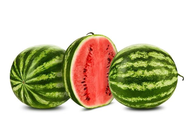 Два зеленых полосатых арбуза, изолированные на белом с копией пространства для текстовых изображений, поперечное сечение ягод ...