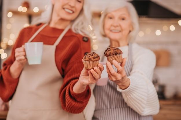 モダンなキッチンで料理をする2人の白髪の女性