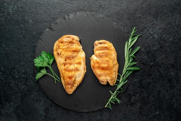 Две жареные куриные грудки на каменном фоне