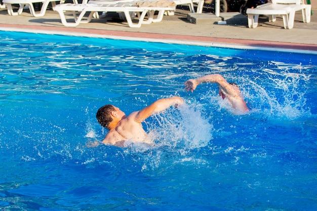 2人の男がプールで泳いでいます