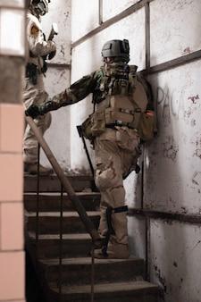アメリカの軍服を着た2人の男が階段に立っているエアガンスポーツゲーム軍隊シム