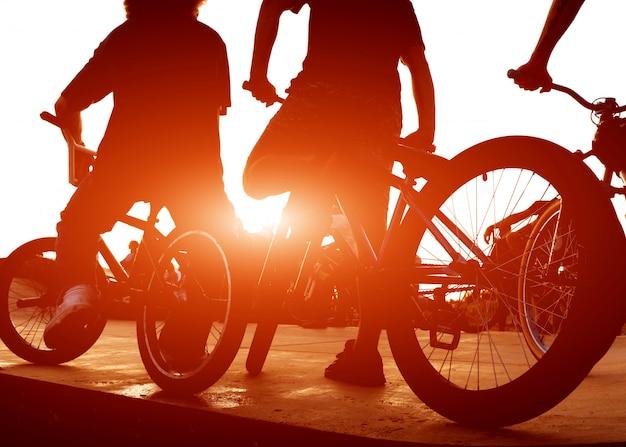 Два парня катаются на велосипедах на рампе для трюков