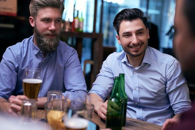 주말을 함께 술집에서 보내는 두 남자