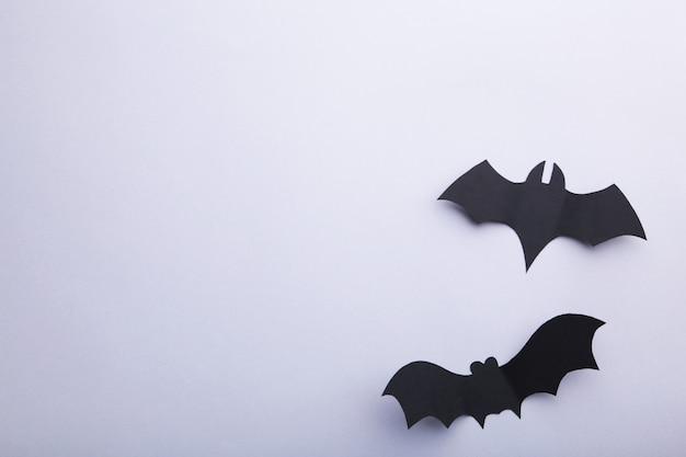 회색 배경에 두 할로윈 종이 박쥐. 할로윈