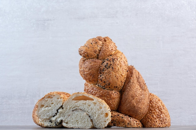 大理石の背景にstruciaパンの2つの半分。高品質の写真