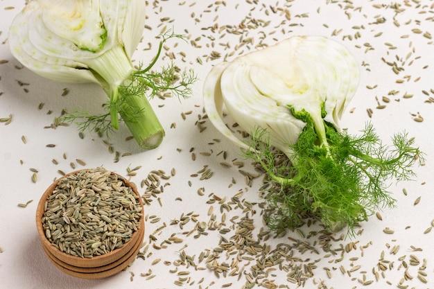 フェンネル球根の2つの半分、フェンネルの種子。健康食品。