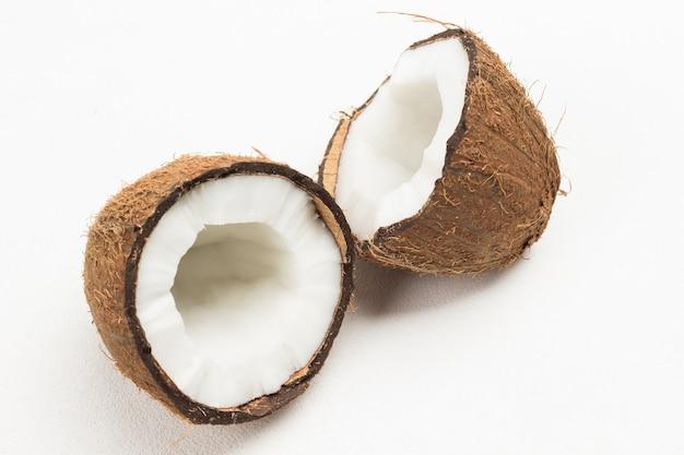 白地に新鮮なココナッツの半分