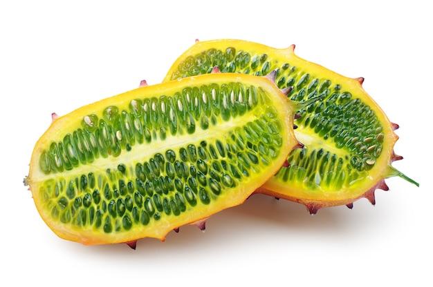 흰색 배경에 과일 kiwano의 두 반쪽