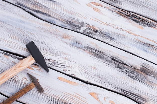 Два молотка на деревянной поверхности
