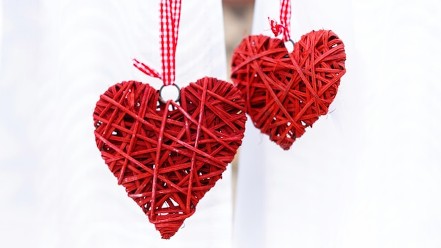 Due cuori rossi fatti a mano. nozze