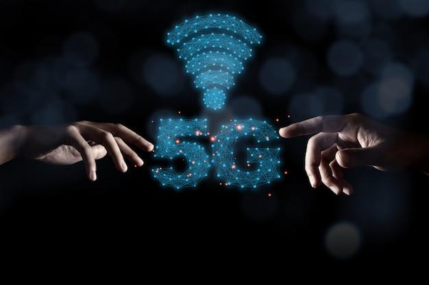 2つの手が青い5 gを指し、黒い背景とボケ味を持つ信号のインフォグラフィック。物事のインターネットに大きな変化をもたらすモバイル信号の5世代ワイヤレステクノロジー。