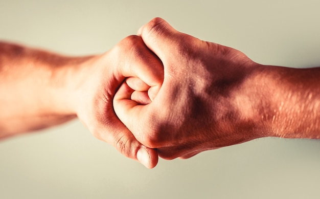 両手、孤立した腕、友人の手を助ける。握手、腕。フレンドリーな握手、友達の挨拶。救助、手を助ける。男性の手が握手で団結した。男は手を助ける、後見人、保護
