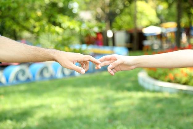 Две руки над зеленым природным парком
