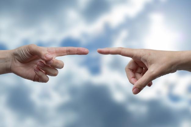 Две руки пытаются коснуться друг друга. концепция социальной дистанции во время пандемии.