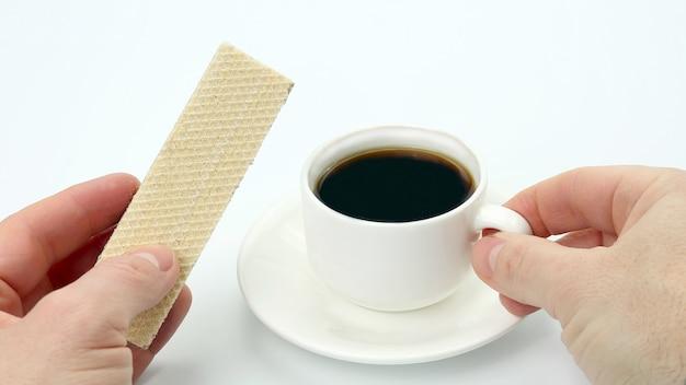 블랙 커피와 와플 한잔과 함께 두 손. 디저트 음식