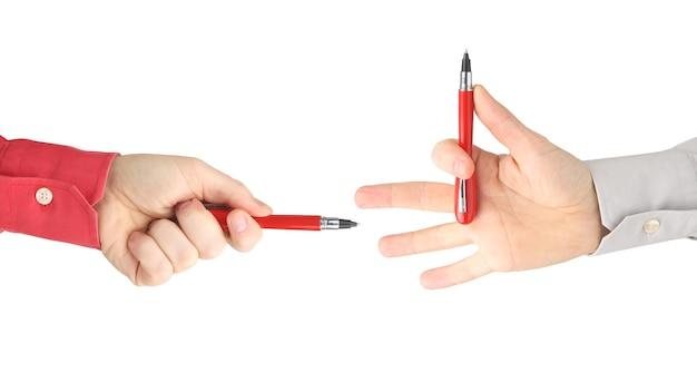 서로 마주 보는 빨간색 쓰기 펜으로 두 손
