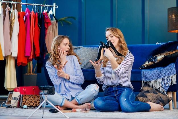 トレンドシューズを議論する2つのハンサムな若い女性。