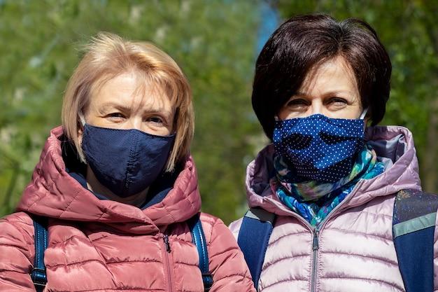 보호 마스크를 쓰고 두 행복 성인 여성