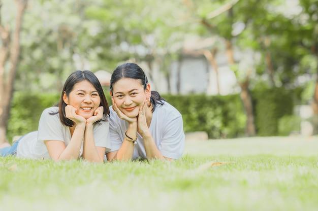 2人の幸せな親友のアジアの女性
