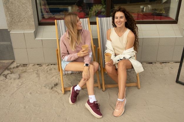 コーヒーショップで会話をしながら話している2人の幸せな友人