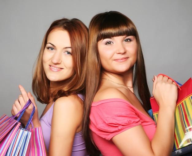 Две счастливые девушки с сумками